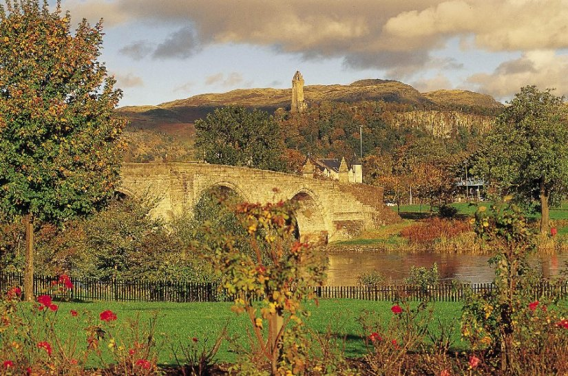Auld Bridge et Wallace Monument, Stirling, Ecosse